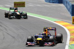 Mark Webber, Red Bull Racing leads Heikki Kovalainen, Caterham