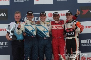 Podium: winner Robert Huff, second place Alain Menu, third place Gabriele Tarquini