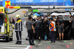 Accident in the Mercedes pit during practice