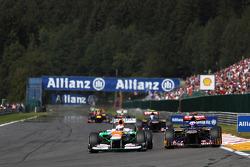 Paul di Resta, Sahara Force India battles with Daniel Ricciardo, Scuderia Toro Rosso