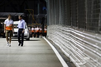 Paul di Resta, Sahara Force India F1 walks the circuit with David Coulthard
