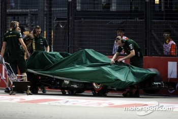 The Caterham of Vitaly Petrov, Caterham is recovered to the pits after he crashed