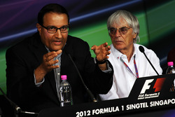Singapore GP announces a five year extension to the current contract: Bernie Ecclestone, CEO Formula One Group, with Mr S Iswaran, Second Minister for Trade, Industry and Education