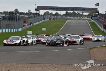 #1 Hexis Racing McLaren MP4-12C GT3: Frederic Makowiecki, Stef Dusseldorp leads on the start