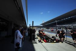 Romain Grosjean, Lotus F1 E20 in the pits