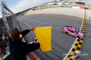 Matt Kenseth, Roush Fenway Racing Ford takes the checkered flag