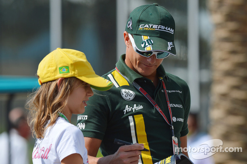 Heikki Kovalainen, Caterham signs autographs for the fans