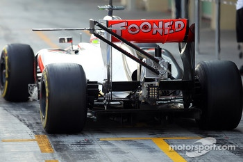Oliver Turvey, McLaren McLaren Test Driver running a device on the rear wing
