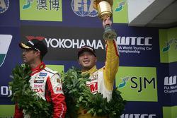 3rd position Tiago Monteiro, Honda Civic Super 2000 TC, Honda Racing Team Jas andst position Yokohama Trophy Darryl O'Young, Chevrolet Cruze