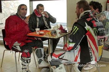 Alessandro Botturi, Paulo Goncalves, Joan Barreda and Matt Fish have breakfast