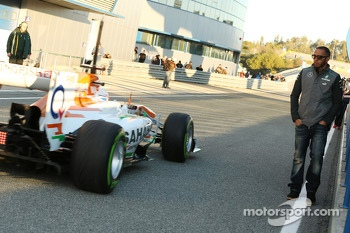 Lewis Hamilton, Mercedes AMG F1 watches Paul di Resta, Sahara Force India pass in the pits