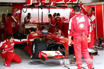 Fernando Alonso, Scuderia Ferrari F138 in the pits