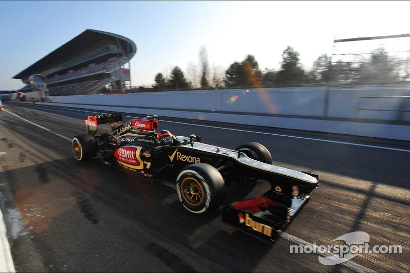 Kimi Raikkonen, Lotus F1 E21 leaves the pits