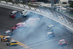 Tony Stewart, Stewart-Haas Racing Chevrolet, Casey Mears, Germain Racing Ford, Juan Pablo Montoya, Earnhardt Ganassi Racing Chevrolet and Kevin Harvick, Richard Childress Racing Chevrolet crash