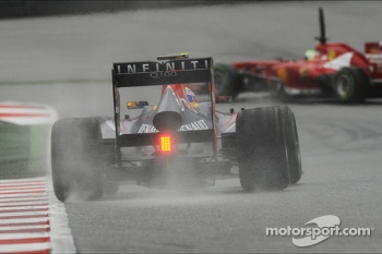 Mark Webber, Red Bull Racing RB9 chases Felipe Massa, Ferrari F138