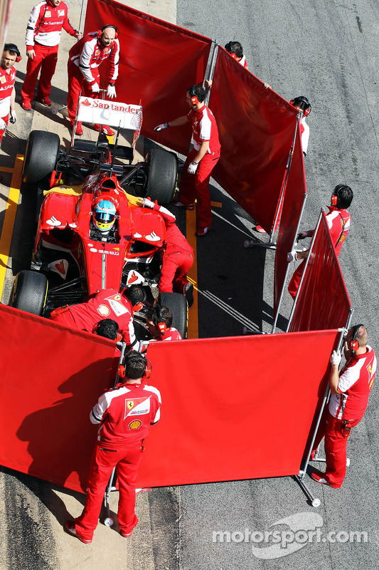 Fernando Alonso, Ferrari F138 in the pits behind red screens
