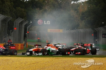 Paul di Resta, Sahara Force India VJM06 and Jenson Button, McLaren MP4-28 at the start of the race