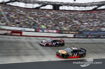 Denny Hamlin, Joe Gibbs Racing Toyota, Tony Stewart, Stewart-Haas Racing Chevrolet
