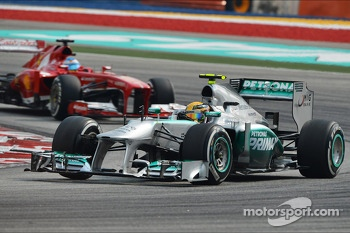 Lewis Hamilton, Mercedes AMG F1 W04 leads Fernando Alonso, Ferrari F138