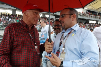 Niki Lauda, Mercedes Non-Executive Chairman with HRH Prince Salman bin Hamad Al Khalifa, Crown Prince of Bahrain on the grid