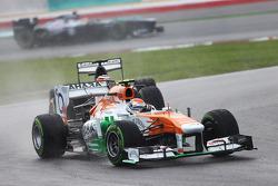Adrian Sutil, Sahara Force India VJM06 leads Nico Hulkenberg, Sauber C32