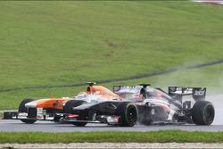 Adrian Sutil, Sahara Force India VJM06 and Nico Hulkenberg, Sauber C32 battle for position