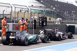 Nico Hulkenberg, Sauber C32 and Lewis Hamilton, Mercedes AMG F1 W04