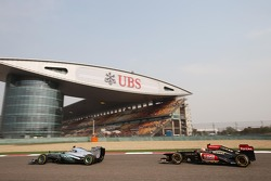 Lewis Hamilton, Mercedes AMG F1 W04 leads Kimi Raikkonen, Lotus F1 E21