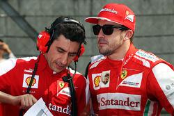 Fernando Alonso, Ferrari with Andrea Stella, Ferrari Race Engineer on the grid