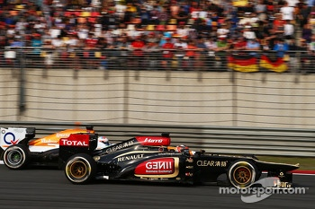 Kimi Raikkonen, Lotus F1 E21 and Paul di Resta, Sahara Force India VJM06 battle for position
