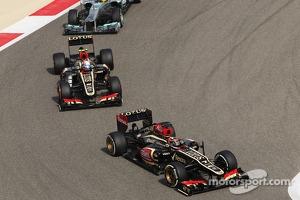 Kimi Raikkonen, Lotus F1 E21 leads Romain Grosjean, Lotus F1 E21