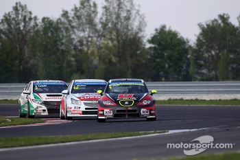 Robert Huff, SEAT Leon WTCC, ALL-INKL.COM Mnnich Motorsport leads Yvan Muller, Chevrolet Cruze 1.6T, RML 