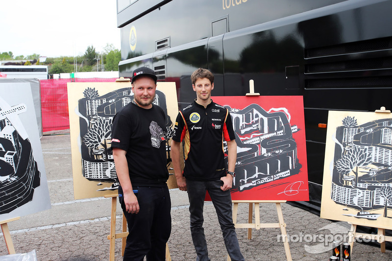 Romain Grosjean, Lotus F1 Team with an artist