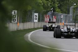 Romain Grosjean, Lotus F1 E21 leads Nico Hulkenberg, Sauber C32
