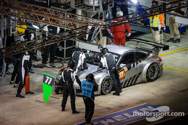 Pit stop for #77 Dempsey Racing - Proton Porsche 911 GT3-RSR: Patrick Dempsey, Joe Foster, Patrick Long