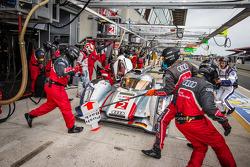 Pit stop for #2 Audi Sport Team Joest Audi R18 e-tron quattro: Tom Kristensen, Allan McNish, Loic Duval