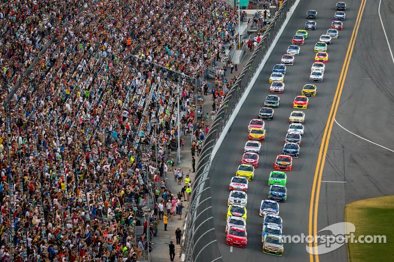 Start: Kyle Busch, Joe Gibbs Racing Toyota and Matt Kenseth, Joe Gibbs Racing Toyota lead the field