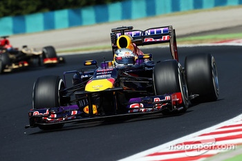 Sebastian Vettel, Red Bull Racing RB9 watches Kimi Raikkonen, Lotus F1 E21 in his wing mirror