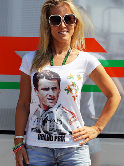 Jennifer Becks, wears a T-Shirt celebrating 100 GP starts for boyfriend Adrian Sutil, Sahara Force India F1