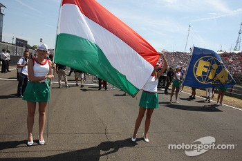 Grid girls with the Hungarian flag