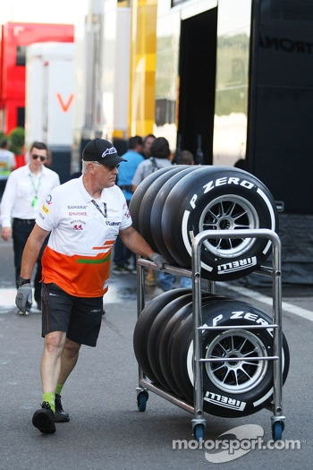 Sahara Force India F1 Team mechanic with Pirelli tyres