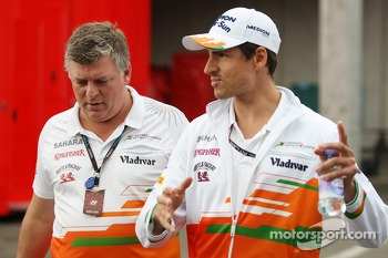 Adrian Sutil, Sahara Force India F1 with Otmar Szafnauer, Sahara Force India F1 Chief Operating Officer