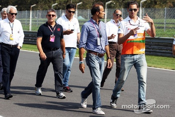 Adrian Sutil, Sahara Force India F1 walks the circuit with Gabriele Tarquini