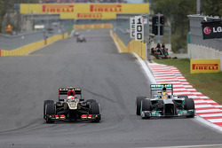 Romain Grosjean, Lotus F1 Team and Lewis Hamilton, Mercedes Grand Prix