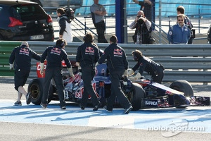 Jean-Eric Vergne, Scuderia Toro Rosso STR9 stopped on the circuit
