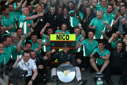 1st place Nico Rosberg, Mercedes AMG F1 W05 celebrates with the team