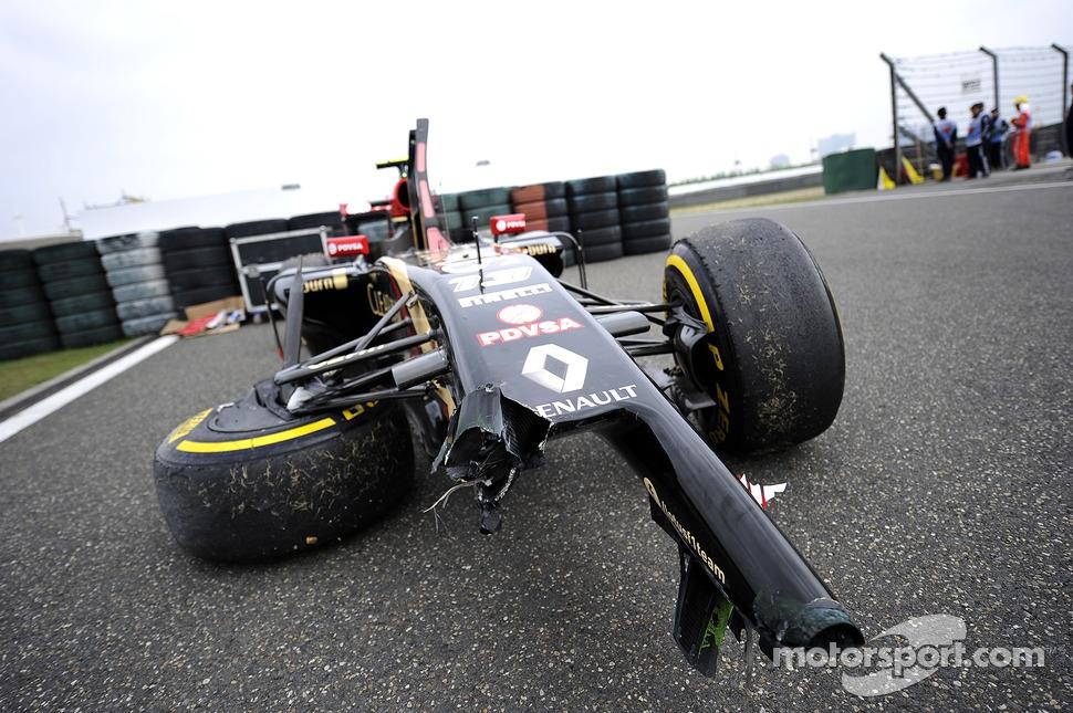 The damaged Lotus F1 E22 of Pastor Maldonado, Lotus F1 Team, who crashed in FP2