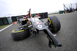 The damaged Lotus F1 E22 of Pastor Maldonado, Lotus F1 Team, who crashed in FP2