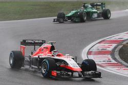 Max Chilton, Marussia F1 Team MR03 leads Kamui Kobayashi, Caterham CT05