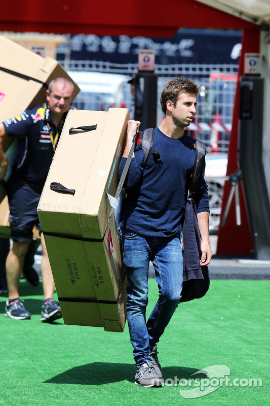 Antonio Felix da Costa, Red Bull Racing Test Driver carrying a large box through the paddock
